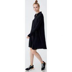 Czarna sukienka koszulowa. Czarne sukienki Pull&Bear, z koszulowym kołnierzykiem, z długim rękawem, koszulowe. Za 89,90 zł.
