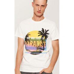 T-shirt z wakacyjnym nadrukiem - Kremowy. Białe t-shirty męskie z nadrukiem House, l. W wyprzedaży za 19,99 zł.