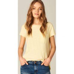 Koszulka z dekoltem typu łódka - Żółty. Żółte t-shirty damskie Mohito, l, z dekoltem w łódkę. Za 29,99 zł.