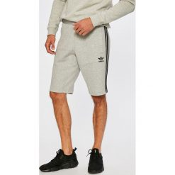Adidas Originals - Szorty. Szare spodenki sportowe męskie marki adidas Originals, z bawełny, sportowe. W wyprzedaży za 219,90 zł.