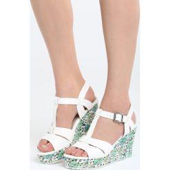 Biało-Zielone Sandały All I Ever Wanted. Białe sandały damskie marki Born2be, z materiału, na koturnie. Za 89,99 zł.