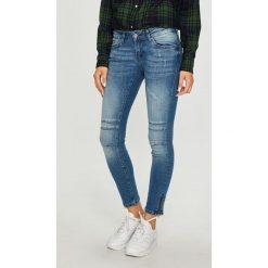 Mustang - Jeansy Gina. Niebieskie jeansy damskie marki Mustang, z aplikacjami, z bawełny. W wyprzedaży za 249,90 zł.