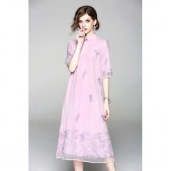 Sukienka w kolorze różowym. Czerwone sukienki na komunię marki Zeraco, ze stójką, midi. W wyprzedaży za 379,95 zł.