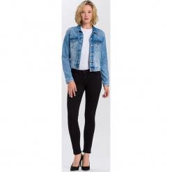 """Dżinsy """"Adriana"""" - Skinny fit - w kolorze czarnym. Czarne rurki damskie marki Cross Jeans, z aplikacjami. W wyprzedaży za 113,95 zł."""