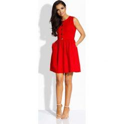 Sukienki: Czerwona Sukienka Rozkloszowana bez Rękawów ze Złotymi Guzikami