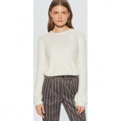 Puszysty sweter z balonowymi rękawami - Kremowy. Czerwone swetry klasyczne damskie marki Cropp, l. Za 89,99 zł.