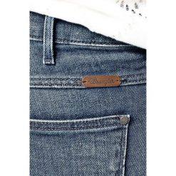 Wrangler - Jeansy Corynn Dark Lake. Szare jeansy damskie rurki marki Wrangler, na co dzień, m, z nadrukiem, casualowe, z okrągłym kołnierzem, mini, proste. W wyprzedaży za 239,90 zł.