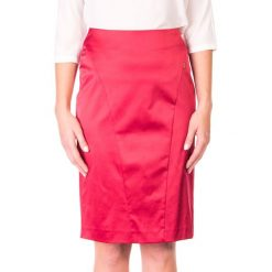 Spódnica satynowa prosta z przeszyciem QUIOSQUE. Czerwone spódniczki ołówkowe QUIOSQUE, s, z satyny, retro, midi. W wyprzedaży za 26,00 zł.