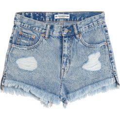 Jeansowe spodenki mom fit. Niebieskie bermudy damskie Pull&Bear, z denimu. Za 89,90 zł.