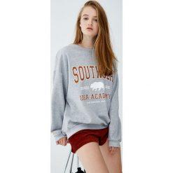Bluza college z napisem. Niebieskie bluzy damskie marki Pull&Bear. Za 89,90 zł.
