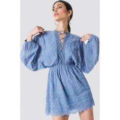 NA-KD Boho Koronkowa sukienka ze sznurowaniem - Blue. Niebieskie sukienki boho marki NA-KD Boho, na imprezę, w koronkowe wzory, z koronki, na ramiączkach, mini. Za 283,95 zł.