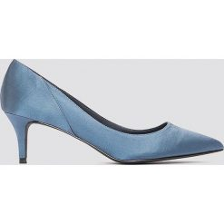 NA-KD Shoes Satynowe czółenka na średnim obcasie - Blue. Niebieskie buty ślubne damskie NA-KD Shoes, z satyny, na średnim obcasie, na obcasie. W wyprzedaży za 80,98 zł.