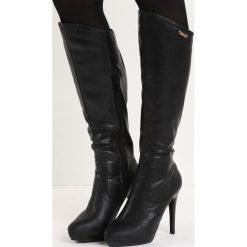 Czarne Kozaki Sugar Sugar. Czarne buty zimowe damskie marki Born2be, ze szpiczastym noskiem, na wysokim obcasie, na szpilce. Za 84,99 zł.