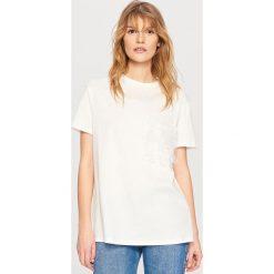 T-shirty damskie: T-shirt z kieszonką – Kremowy