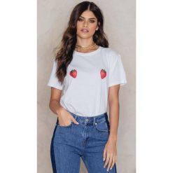 NA-KD T-shirt Strawberry - White. Białe t-shirty damskie NA-KD, z nadrukiem, z bawełny. W wyprzedaży za 51,07 zł.