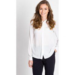 Biała bluzka z plisą QUIOSQUE. Białe bluzki koszulowe QUIOSQUE, uniwersalny, z jeansu, biznesowe, z długim rękawem. W wyprzedaży za 59,99 zł.