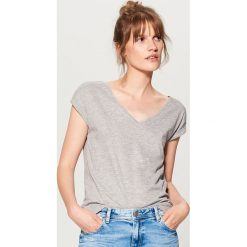 T-shirty damskie: Koszulka z głębokim dekoltem - Jasny szar