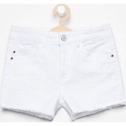 Szorty z delikatnymi przetarciami - Biały. Białe spodenki dziewczęce Reserved. W wyprzedaży za 39,99 zł.