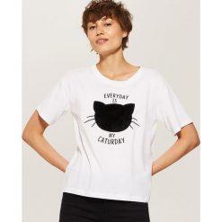 T-shirt z aplikacją - Biały. Białe t-shirty damskie marki House, l, z aplikacjami. W wyprzedaży za 19,99 zł.