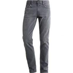 J Brand TYLER Jeansy Slim Fit grey luna. Szare jeansy męskie relaxed fit marki J Brand, z bawełny. W wyprzedaży za 709,50 zł.
