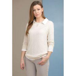 Swetry klasyczne damskie: Sweter z ażurowymi zdobieniem