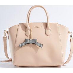 Torba City Bag z brelokiem - Kremowy. Czerwone torebki klasyczne damskie marki Mohito, z bawełny. Za 139,99 zł.
