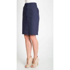 Granatowa spódnica we wzory QUIOSQUE. Białe spódnice wieczorowe marki QUIOSQUE, s, z haftami, z tkaniny, dopasowane. W wyprzedaży za 49,99 zł.