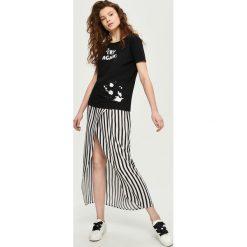 T-shirt z wycięciem na plecach - Czarny. Czarne t-shirty damskie marki Sinsay, l, z dekoltem na plecach. W wyprzedaży za 14,99 zł.