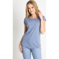 Niebieska bluzka z kwiatowym nadrukiem QUIOSQUE. Niebieskie bluzki asymetryczne QUIOSQUE, z nadrukiem, z bawełny, biznesowe, z dekoltem w łódkę, z krótkim rękawem. W wyprzedaży za 19,99 zł.