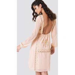 NA-KD Boho Zdobiona sukienka z odkrytymi plecami - Pink. Niebieskie długie sukienki marki NA-KD Boho, na imprezę, w koronkowe wzory, z koronki, boho, na ramiączkach. Za 100,95 zł.