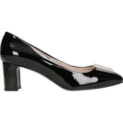 Czółenka ODETTA. Czarne buty ślubne damskie Gino Rossi, w geometryczne wzory, z lakierowanej skóry, na wysokim obcasie, na płaskiej podeszwie. Za 224,95 zł.