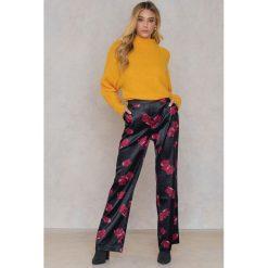 Spodnie z wysokim stanem: Qontrast X NA-KD Szerokie satynowe spodnie – Black