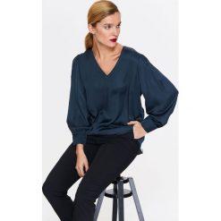 BLUZKA DŁUGI RĘKAW. Szare bluzki damskie Top Secret, eleganckie, z koszulowym kołnierzykiem, z długim rękawem. Za 49,99 zł.