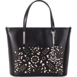 Skórzana torebka w kolorze czarnym - 33 x 28 x 12 cm. Czarne torebki klasyczne damskie Mia Tomazzi, w paski, z materiału. W wyprzedaży za 409,95 zł.