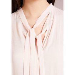 MAX&Co. PATTI Bluzka powder pink. Czerwone bluzki damskie MAX&Co., z materiału. W wyprzedaży za 344,25 zł.