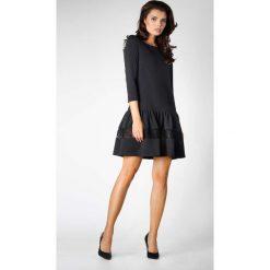 Czarna Wizytowa Sukienka z Obniżonym Stanem z Koronką. Czarne sukienki koktajlowe marki Molly.pl, na co dzień, l, w koronkowe wzory, z koronki, z falbankami, oversize. W wyprzedaży za 116,16 zł.