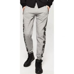 Spodnie męskie: Dresy z panelem camo - Szary