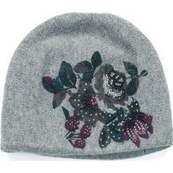 Czapka damska Kaszmirowe kwiaty szara (cz14227). Szare czapki zimowe damskie marki Art of Polo, w kwiaty, z kaszmiru. Za 54,70 zł.