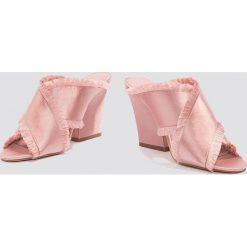 NA-KD Shoes Satynowe klapki na obcasie Cross - Pink - 2