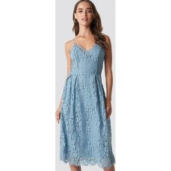 NA-KD Party Koronkowa sukienka - Blue. Niebieskie sukienki koronkowe marki NA-KD Party, na imprezę, midi. Za 202,95 zł.