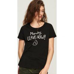 Bawełniany T-shirt z nadrukiem - Czarny. Czarne t-shirty damskie marki Sinsay, l, z nadrukiem, z bawełny. W wyprzedaży za 9,99 zł.