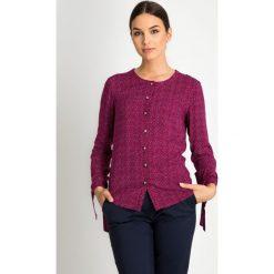 Bordowa koszula z wiązanymi rękawami QUIOSQUE. Czerwone koszule wiązane damskie marki QUIOSQUE, na jesień, ze skóry ekologicznej, biznesowe, z koszulowym kołnierzykiem. W wyprzedaży za 49,99 zł.