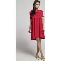 Czerwona Wizytowa Sukienka Trapezowa z Koronkową Nakładką. Czerwone sukienki balowe marki Molly.pl, na imprezę, l, w koronkowe wzory, z koronki, z klasycznym kołnierzykiem, z krótkim rękawem, mini, oversize. W wyprzedaży za 116,16 zł.