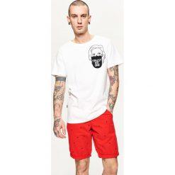 Szorty z mikroprintem - Czerwony. Czerwone szorty męskie marki Cropp. W wyprzedaży za 49,99 zł.