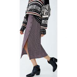 Kraciasta spódnica midi z guzikami. Niebieskie spódniczki marki Pull&Bear. Za 99,90 zł.