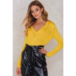 Swetry oversize damskie: NA-KD Trend Sweter z dzianiny z dekoltem V - Yellow