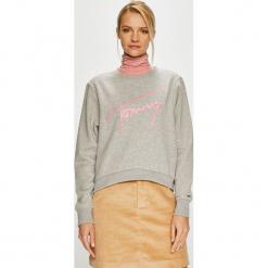 Tommy Jeans - Bluza. Szare bluzy z nadrukiem damskie marki Tommy Jeans, l, z dzianiny, z podwyższonym stanem, dopasowane. Za 399,90 zł.