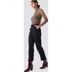 Spodnie damskie: NA-KD Trend Proste spodnie garniturowe - Black