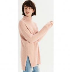 Długi sweter oversize z golfem - Różowy. Czerwone golfy damskie Sinsay, l, z długim rękawem. Za 79,99 zł.