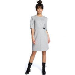 ARIA Sukienka z klamrą - szara. Szare sukienki dzianinowe marki BE, do pracy, s, biznesowe, z kontrastowym kołnierzykiem. Za 154,90 zł.